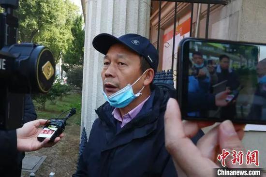 图为劳荣枝二哥劳声桥承受记者采访。 刘占昆 摄