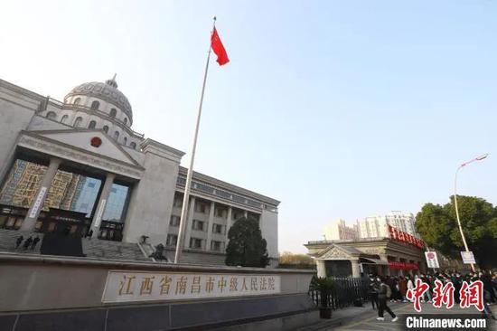 图为江西省南昌市中级人民法院门口,很多记者和市民排队请求旁听。 刘占昆 摄