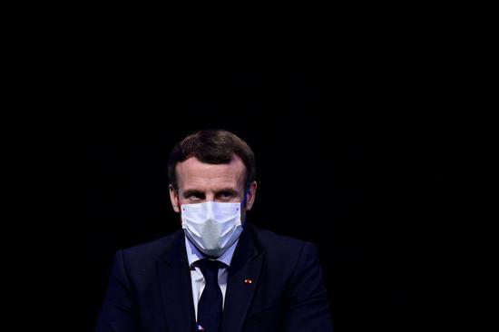 這是2020年12月14日,法國總統馬克龍在巴黎到會經濟協作與開展安排樹立60周年紀念活動時的材料相片。新華社 圖