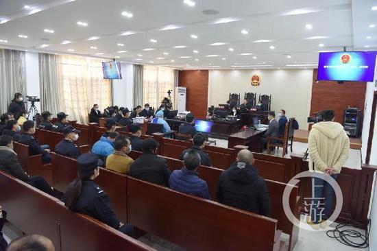 ▲12月21日上午,江西省宜春市中级人民法院一审开庭审理被告人曾春亮涉嫌犯成心杀人、掠夺、偷盗等罪一案。图片来历/宜春中院