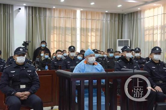▲12月21日上午,江西省宜春市中级人民法院,庭审中的曾春亮。图片来历/宜春中院