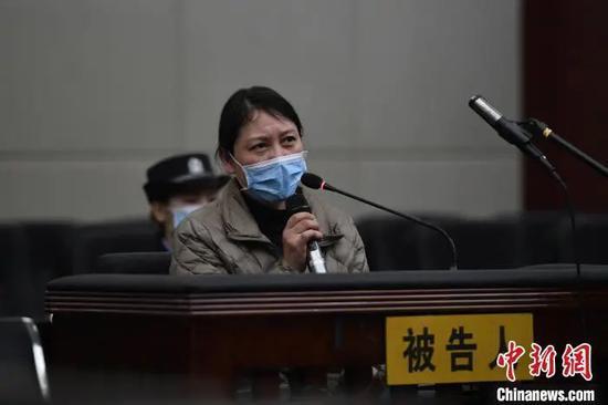 庭审现场,劳荣枝不时垂头啜泣,对自己的行为表明悔过,但不认可部分罪名指控。南昌市中级人民法院 供图