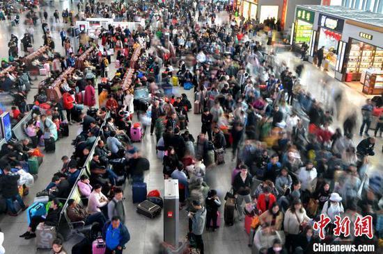 原料图:福州火车站候车大厅等候检票的旅客排首了长队。 张斌 摄