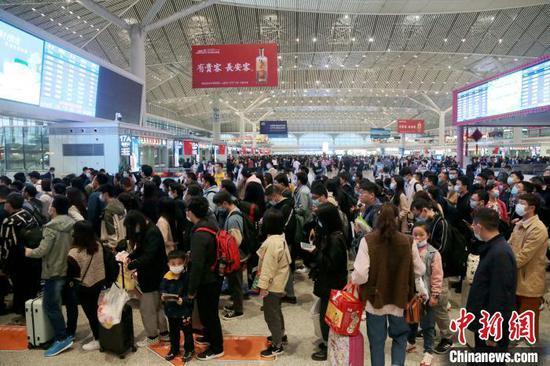 原料图:西安北车站妻子头攒动。 张远 摄