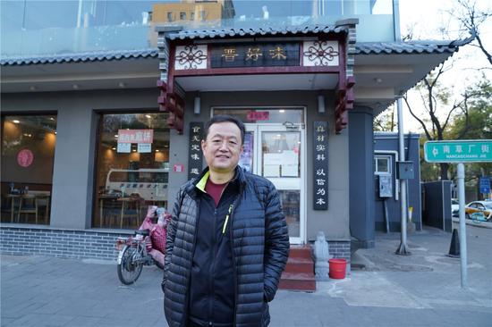 唐敬之和他的小餐馆。受访者供图。