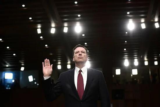 2017年6月8日,在华盛顿特区国会山举行的美国参议院情报特别委员会听证会上,詹姆斯·科米在作证前宣誓。