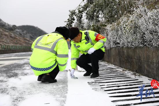 高寒山区段路面结冰,高速交警进走路面情况监测
