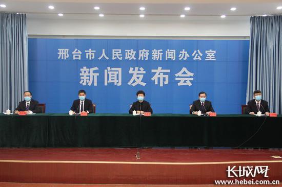 1月13日18时,邢台市举走第七场新冠肺热疫情防控做事信息发布会。长城网记者 郭硕 摄