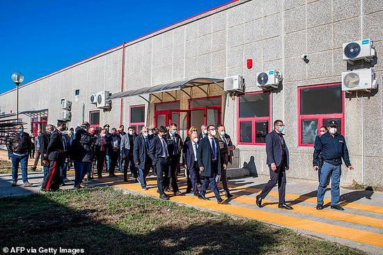 2020年12月15日,意大利司法部长视察改建的审判室