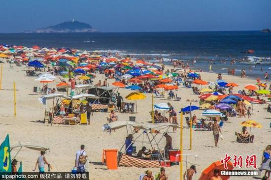 当地时间2021年1月6日,巴西里约热内卢海滩人头攒动,许多居民不顾疫情,出门享受海滩阳光。图片来源:SIPAPHOTO
