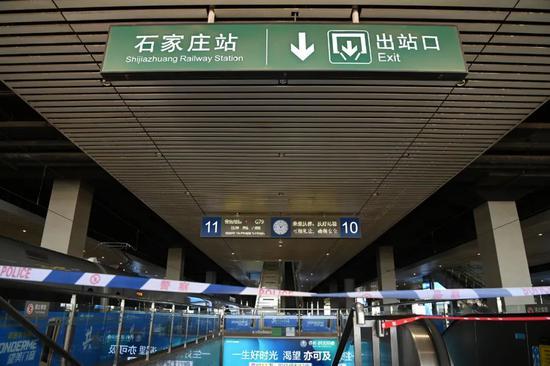 1月9日,石家庄火车站月台前往出站口的通道被封闭。