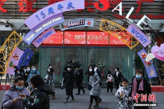 资料图:2021年1月1日11时左右,天津市滨江道商业步行街上的一家商场在电子屏上打出新年祝福语。中新社记者 佟郁 摄