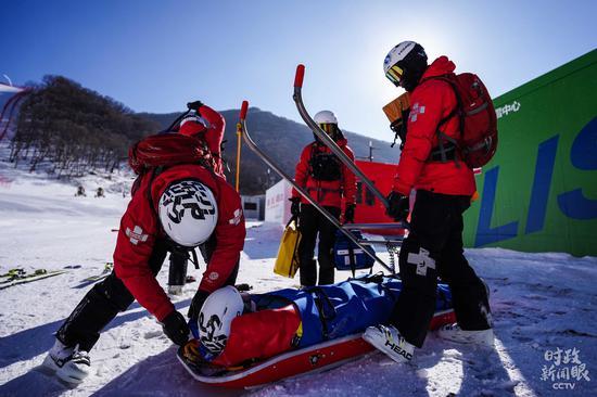 △国家高山滑雪中心救援队正在演练。(总台央视记者杨立峰、国广记者李晋拍摄)