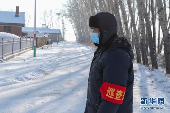 1月15日,在黑龙江省绥化市望奎县后三乡厢白七村,巡逻员在村里巡查。新华社发(张涛 摄)