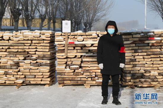 1月15日,在黑龙江省绥化市望奎县后三乡厢白七村,志愿者在卡点前值班。新华社发(张涛 摄)