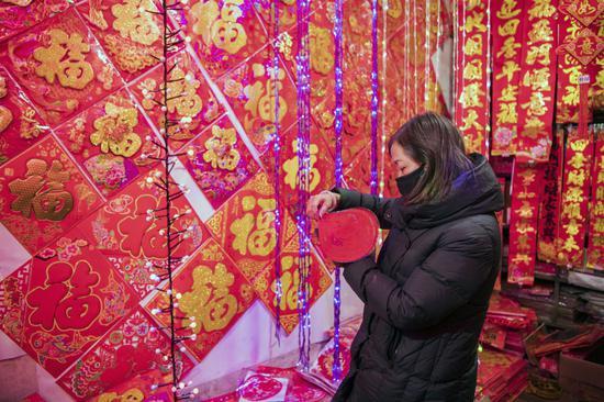 1月17日,在山西省晋中市平遥县柳根路便民市场,市民在选购年货。新华社发(梁生仁 摄)