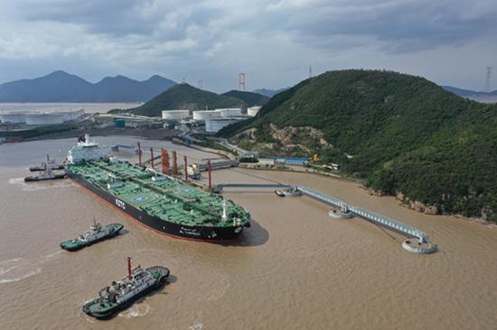 2020年10月15日,一艘油轮停靠在浙江舟山的一处原油码头。图|IC photo