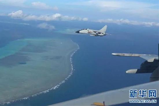 中国空军对南海岛礁进行巡航。图|新华社