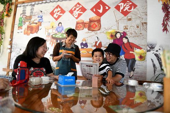 游客在石家庄市平山县岗南镇李家庄村一户农家乐里点菜。(2020年9月16日摄)