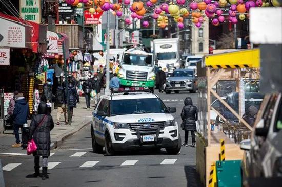 2021年3月19日,警车在美国纽约唐人街巡逻,枪击案发生后,纽约市在多个亚裔聚居区加派警力巡逻。图 新华社