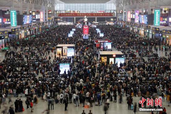 旅客在铁路上海虹桥站等待上车。 殷立勤 摄