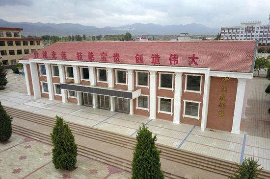这是甘肃省张掖市山丹培黎学校中新友好厅(2019年8月21日摄,无人机照片)。新华社记者 范培�| 摄