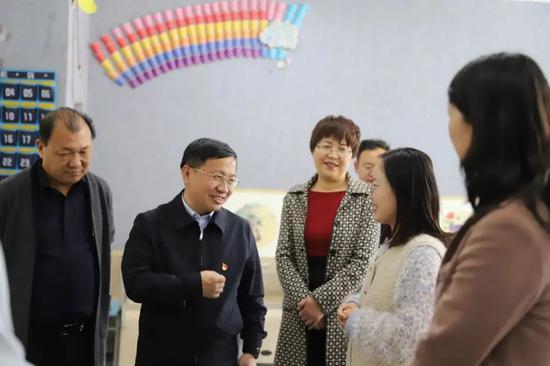 董玉毅(左二)在学院调研