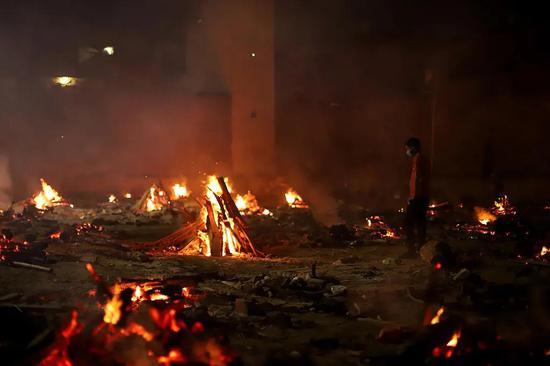 当地时间2021年4月26日,印度德里,当地在户外火化新冠死者。图/人民视觉