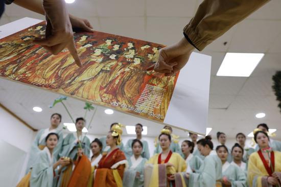 演员们在排练厅进行排练(4月24日摄)。新华社记者 许雅楠 摄