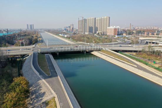 ↑河南焦作市区南水北调干渠及两岸风景(2019年12月5日摄,无人机照片)。焦作是中线工程总干渠唯一从中心城区穿越的城市,主干渠两侧廊道美景让城市气质悄然而变。