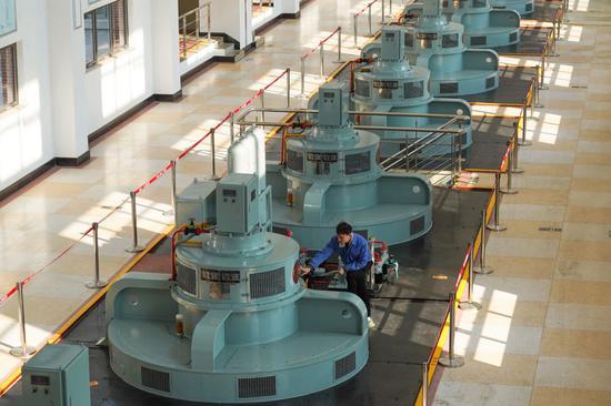 ↑工作人员在南水北调东线工程源头江苏扬州江都水利枢纽第三抽水机站巡检(2019年12月5日摄)。