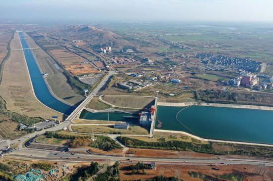 ↑位于河南南阳淅川县的南水北调中线工程渠首(2019年12月9日摄,无人机照片)。