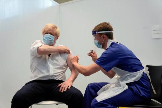 英国首相约翰逊接种新冠疫苗。/ICPhoto