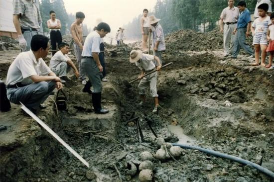 1998年8月18-19日,在北京东路南空司令部北大门陆续发现的遗骨,初步认为为细菌战受害者遗骸。