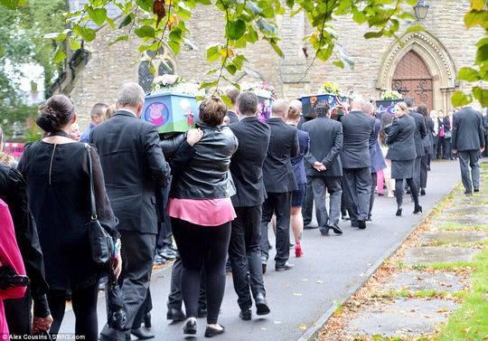 數百名悲痛欲絕的吊唁者身穿藍色和粉色衣服,走上大曼徹斯特沃克登街頭為孩子們送行。