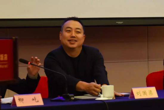 会场上的刘国梁向代外们微乐致意(中国青年报·中青在线记者慈鑫 摄)