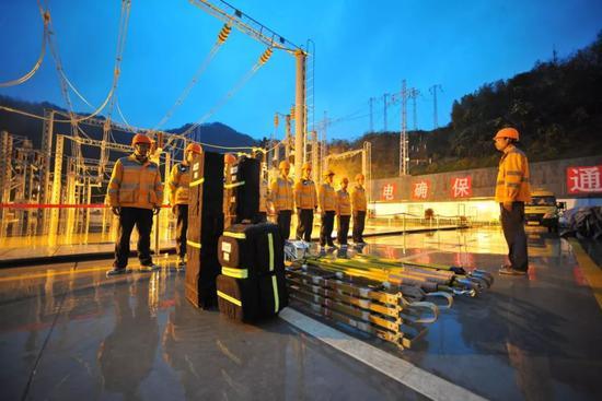 杭州供电段组建了一只供电故障迅速处理队伍,及时处理影响高铁运走坦然的隐患 吴崇远/摄