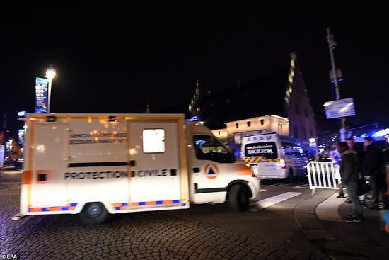 法国主要声援车辆进入斯特拉斯堡圣诞集市枪击现场。(环保署)