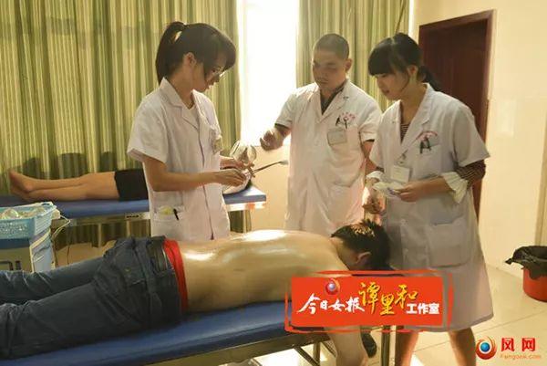 李昭志(中)在请示科室医师诊疗病人。