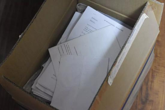 杨立峰夫妇家里用两大箱子装着五年以来他们写给官方的一切诉求,包括给马航、波音公司、马当局和中国当局。演习生纪思琪摄
