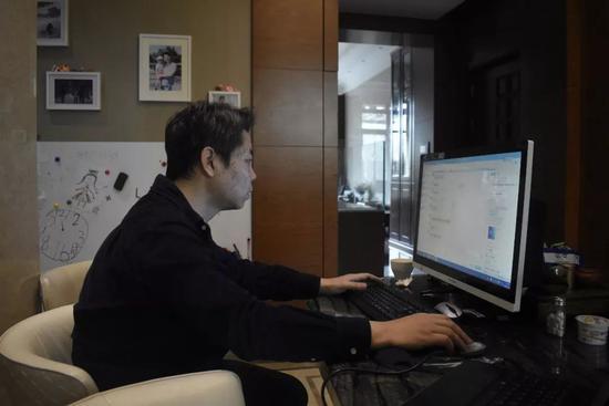 坐在电脑前的姜辉。演习生纪思琪摄