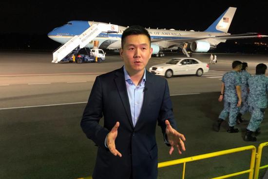 △新添坡巴耶利峇空军基地,央视记者王冠在特朗普专机前出镜报道。