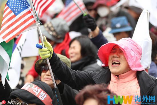 朴槿惠获重刑后,声援者哀哭流涕。(东方IC)