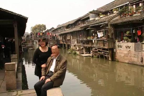 ▷何新宇和苏华出游时的合影