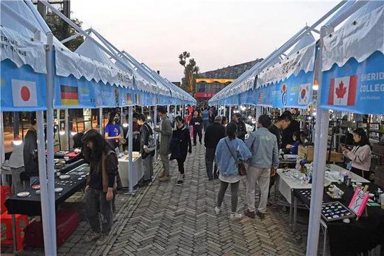 游客在景德镇陶溪川大集上选购陶瓷商品(2018年10月18日摄)。新华社记者 万象 摄