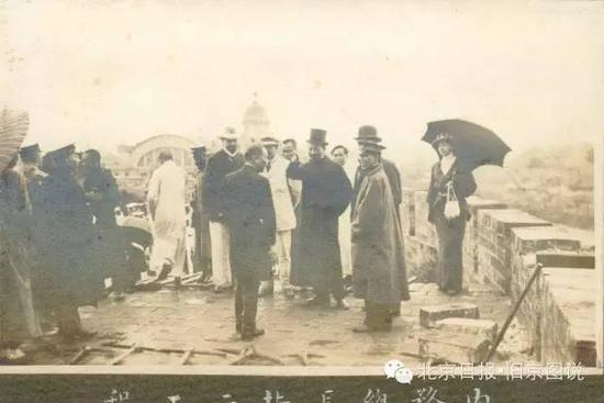 1915年6月16日,内务总长朱启钤(中)冒雨主持了前门改造工程开工典礼。
