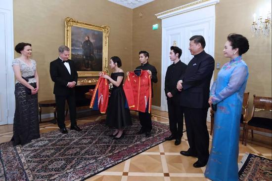 中国祚策意向尼尼斯托和夫人豪吉欧赠予流动衣。新华社记者 饶爱夷易近 摄