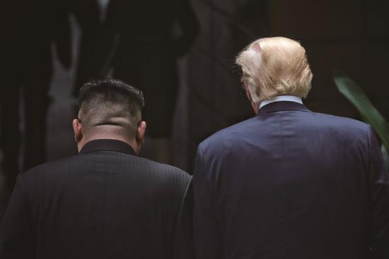 2018年6月12日,在新加坡首度会晤的 朝鲜最高领导人金正恩(左)与美国总统特朗普。图/海峡时报