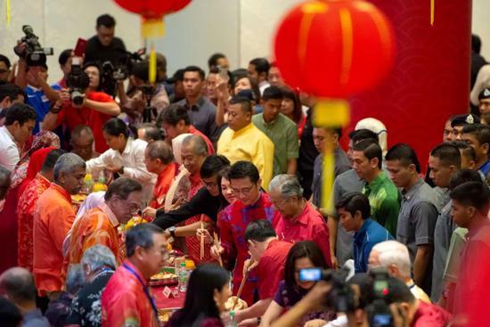 """2月6日,在马来西亚首都吉隆坡,马来西亚总理马哈蒂尔等政要在一个春节团拜活动上""""捞生""""。"""