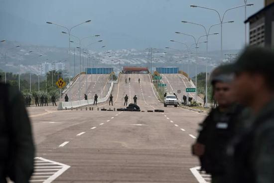 图为提恩迪塔斯桥,该桥不通车也不通行,只有几十名军警驻守。新华社发